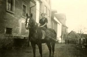 Frau M. auf dem sprichwörtlichen »Brauereigaul« in den 1930er Jahren (Foto: Archiv Doc Bendit)