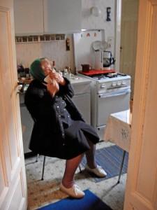 Frau M. , Anfang 2000 in ihrer Küche (Foto: Doc Bendit)