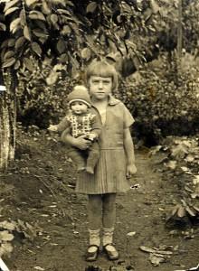 "Oma als Kind mit Puppe ""Fritzi"", ca. 1930 (Foto: Familienarchiv)"