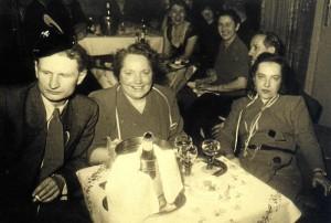 Oma Hilde (rechts) bei einer Faschingsfeier, 1953 (Foto: Familienarchiv)