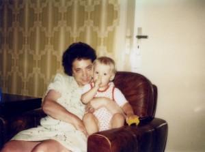 Hildegard Förster im Ruhestand mit dem Autor im Arm (Foto: Familienarchiv)
