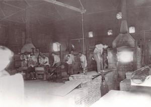 Glasmacher beim Herstellen von Glaszylindern in der  Marktredwitzer Spiegelglasfabrik von Seligman Bendit & Söhne (Foto: Archiv Margot Bendit)