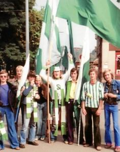 Jugendliche Fans vor dem 215. Derby am 20. September 1975. Dieses Derby verloren wir zwar, aber es war ein schönes Derby ohne Krawalle und Büchsenwürfe, Raketen und auch ohne gravierende Schiedsrichterfehlleistungen. (Foto: Klaus Kriesch)