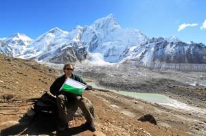 Fürth-Fahne auf 5300 Meter, dahinter unter anderem der Mount Everest hinter dem im Bild dominierenden Nuptse (auch noch 7879 Meter hoch). (Foto: Gerhard Textor)