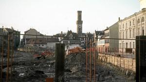 Abbruch historischer Gebäude für den Bau des City-Centers, im Hintergrund das Rathaus. (Foto: Archiv Geismann)