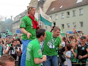 Das Trainergespann bei den Aufstiegsfeierlichkeiten (Foto: Andreas Rümler / »Färdder«)