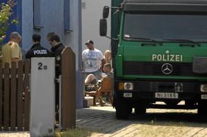 Neonazis während der Hausdurchsuchung - sitzend Matthias Fischer (Foto: Timo Müller)