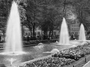 Schon um 1950 eine Attraktion: Der Fontänenhof im Stadtgarten (Foto: historische Postkarte, Urheber unbekannt)
