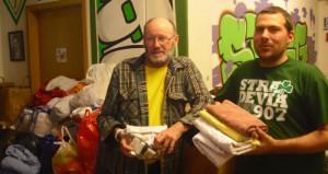 Franz Ganster von der Caritas (li.) und Mario John (Stradevia) sammeln Spenden (Foto: Michael Fischer)