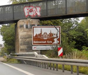 Seit über einem Jahr vorhanden: Trauerflor am »Denkmalstadt Fürth«-Schild an der Stadtgrenze (Foto: Alexander Mayer)
