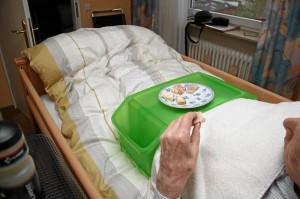 Seit sieben Jahre durch Schlaganfall weitgehend ans Bett gefesselt - aber immerhin, mit einer Hand kann manche Nahrung noch selbständig gegessen werden (Foto: Alexander Mayer)