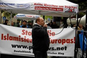 Tegetmeyer als Redner bei einer Kundgebung in München (Foto: Tim Karlson/aida-archiv)