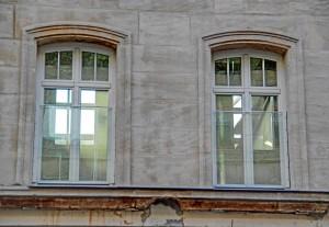 Durch die vorhandenen Fenster blickt man durch das gesamte entkernte Gebäude (Foto: Alexander Mayer)