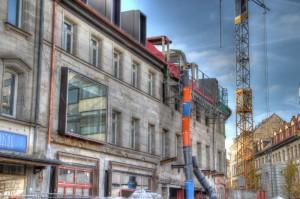 Rudolf-Breitscheid-Straße 12 (links am Rand), 10, 8 und 6 (abgerundetes Gebäude rechts am Rand), Blickrichtung West (Foto: Alexander Mayer)