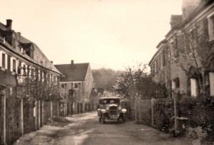 Wallensteinstraße mit Kraftwagen und Blick auf die Alte Veste um 1930 (Foto: Sammlung A. Mayer)