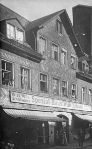 Das elterliche Geschäft Wilh. Erhard, hier von der Gartenstraße aus gesehen (Foto: Postkarte, Sammlung A. Mayer)