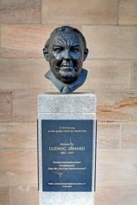 Die Ludwig-Erhard-Büste am Wirtschaftsrathaus (Foto: Alexander Mayer)