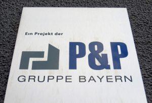 Firmenlogo P&P am Gebäude Karolinenstr. 86 (Foto: Susanne Krebs)