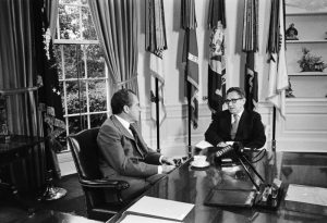 Präsident Nixon und Kissinger 1973 im Oval Office (Foto &amp; Lizenz: <a href=&quot;https://commons.wikimedia.org/wiki/File:Nixon_and_Kissinger_-_Flickr_-_The_Central_Intelligence_Agency.jpg&quot;>Wikimedia Commons, gemeinfrei</a>)
