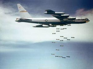 "Bomben und Politik I (Foto & Lizenz: <a href=""https://commons.wikimedia.org/wiki/File:Boeing_B-52_dropping_bombs.jpg"">Wikimedia Commons, gemeinfrei</a>)"