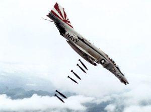 "Politik und Bomben II (Foto & Lizenz: <a href=""https://commons.wikimedia.org/wiki/File:F-4B_VF-111_dropping_bombs_on_Vietnam.jpg"">Wikimedia Commons, gemeinfrei</a>)"