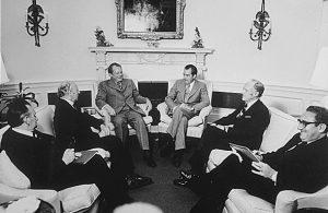 """Treffen von Willy Brandt und Nixon im Weißen Haus, ganz rechts Kisssinger (Foto & Lizenz: <a href=""""https://commons.wikimedia.org/wiki/File:Brandt-Nixon_meeting_White_House_1973.JPG"""">Wikimedia Commons, gemeinfrei</a>)"""