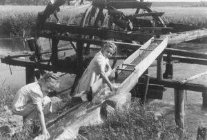 Ingrid Volkmann bei einem Ausflug an die Regnitz zu Pfingsten 1949 (Foto: Familienarchiv)