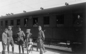Verabschiedung des Vaters am Nürnbgerger Rangierbahnhof 1940 (Foto: Familienarchiv)
