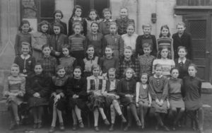 Klasse 3d der Mädchenoberrealschule (heute Grund- und Mittelschule Schwabacher Straße) von 1948, Autorin in der dritten Reihe, sechste von links (Foto: Familienarchiv)