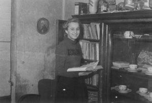 In der Wohnung Nürnberger Straße 88 über dem Laden (früher Leihbücherei) um 1950 (Foto: Familienarchiv)