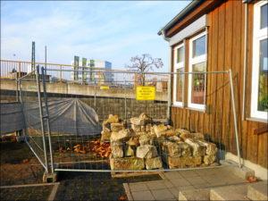 Spielen verboten: Bauzaun auf dem Kiga-Gelände (Foto: Isabell Klingert)