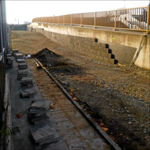 Plattenbau: Die geplante Rampe macht sich bis ins Kiga-Gelände breit (Foto: Isabell Klingert)